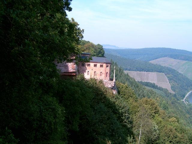Hoch über der Saar erhebt sich die Klause von Kastel. Unter ihr verläuft der sehr schone Felsenweg