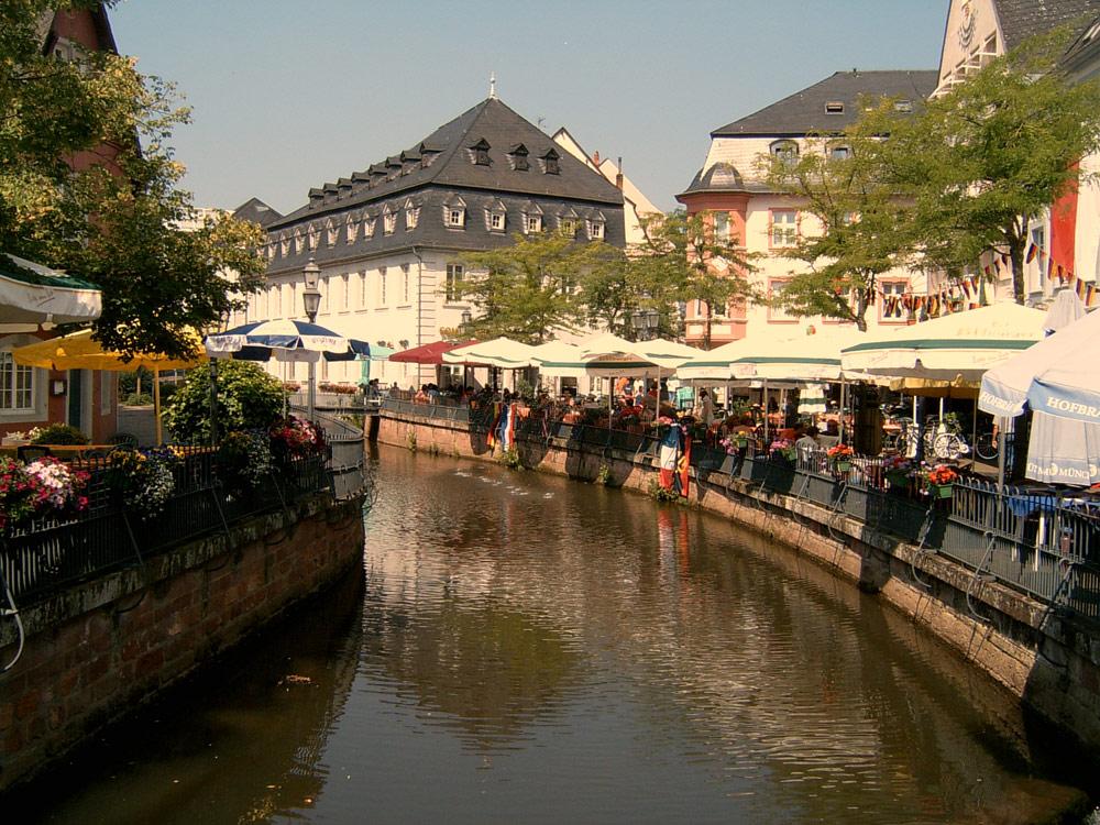 Rund um den Wasserfall in Saarburg sitzt man am Buttermarkt gerne bei einer Tasse Kaffee oder einem schönen Riesling